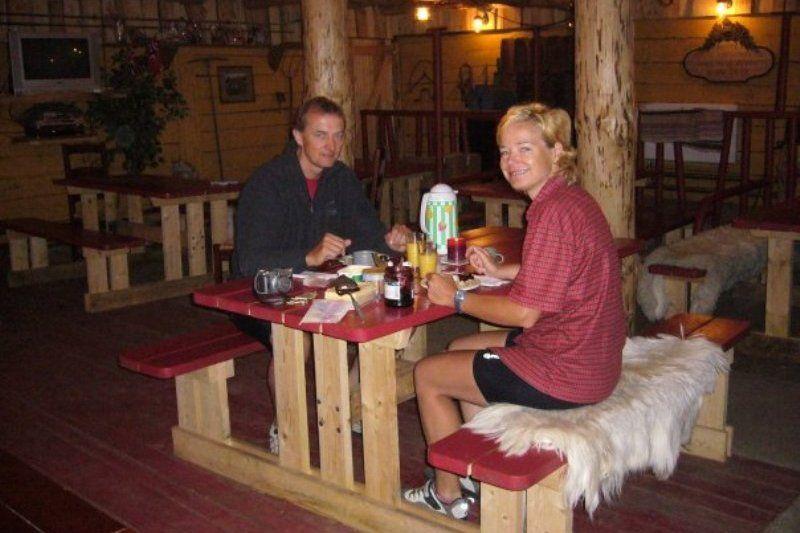 Knusse overdekte ruimte op Bakkaano Camping & Gjestegard