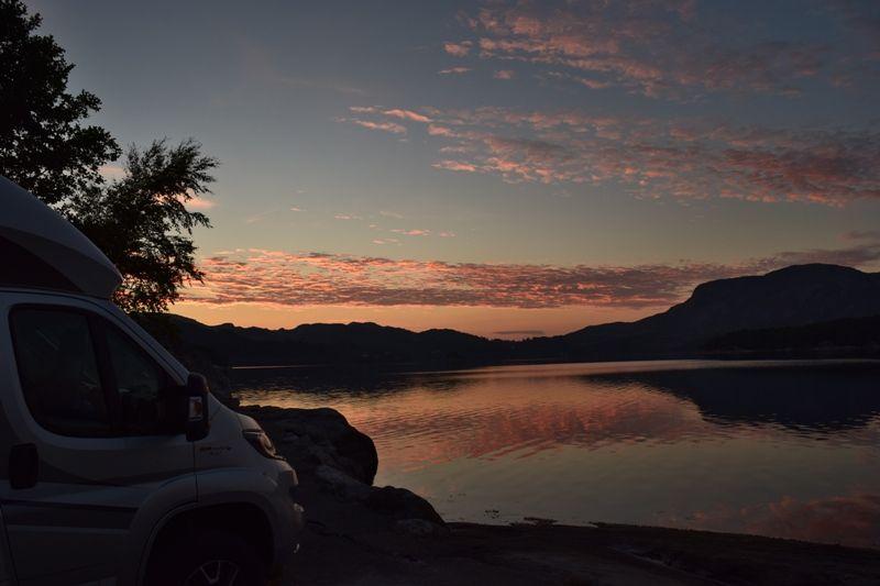 Grindafjord Feriesenter ondergaande zon