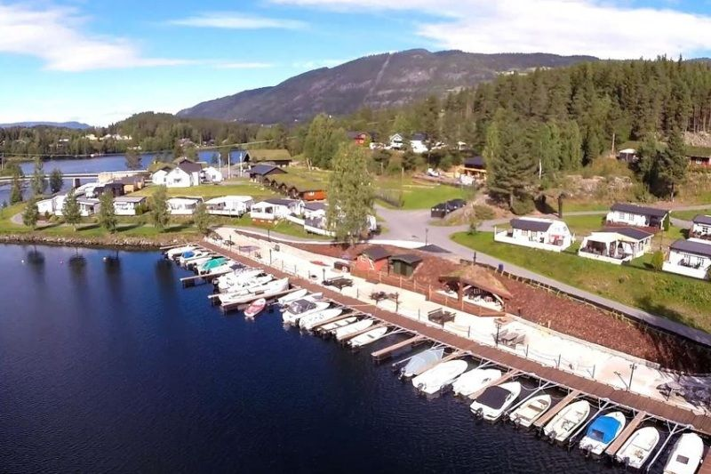 PlusCamp Aurdal Fjordcamping terras en kade bij haven